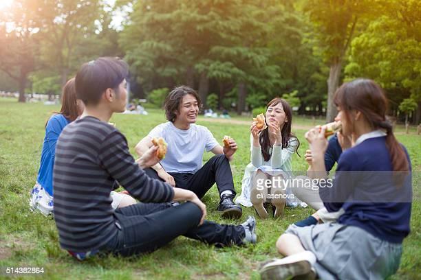 幸せなグループのご友人とのお食事には、東京の公園