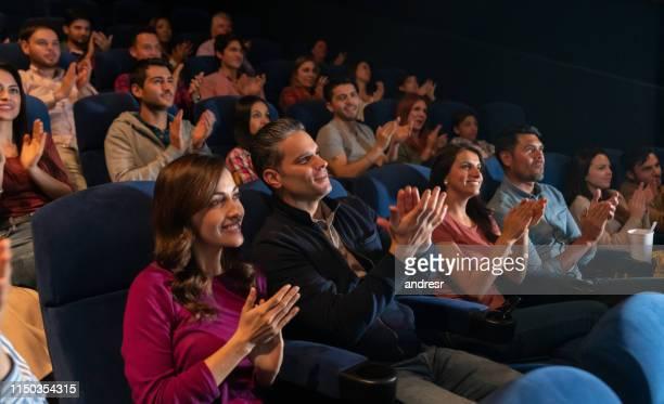 劇中の劇場拍手喝采での人々の幸せなグループ - theatrical performance ストックフォトと画像