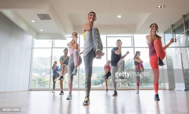 Feliz grupo de personas haciendo ejercicio en el gimnasio