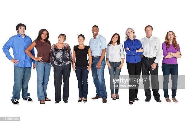Heureux groupe de personnes alignées, isolé sur blanc
