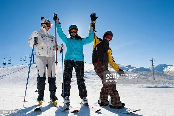 Glückliche Gruppe von Skifahrer posieren auf der Skipiste