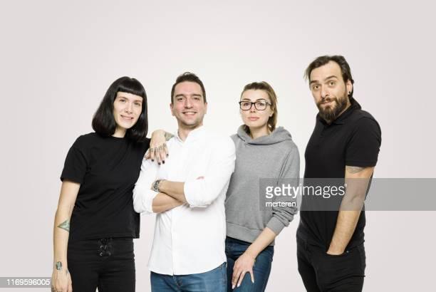 白人背景上的快樂一群年輕人 - 四個人 個照片及圖片檔