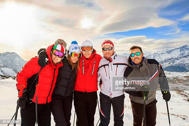 Feliz grupo de amigos, skiers, mejor complejo turístico de esquí Madonna di Campiglio