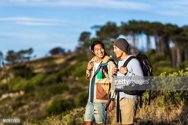 caminhada de pé feliz no campo - só homens jovens imagens e fotografias de stock