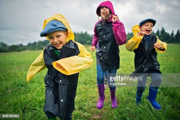 Glücklich im Regen wandern