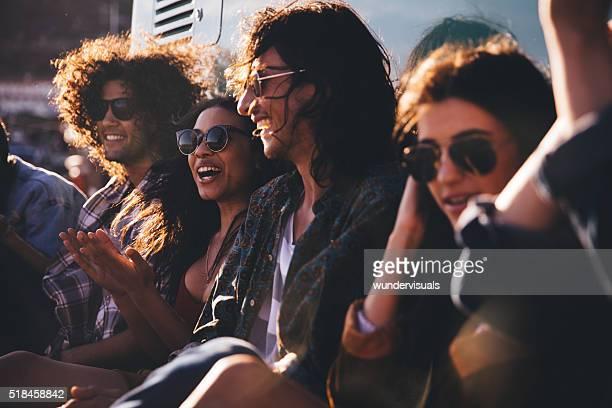 Heureux hipster amis assis à proximité de la Van Vintage
