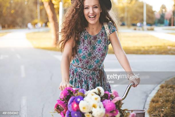 Happy Hipster Mädchen mit ihrem Fahrrad in der Stadt