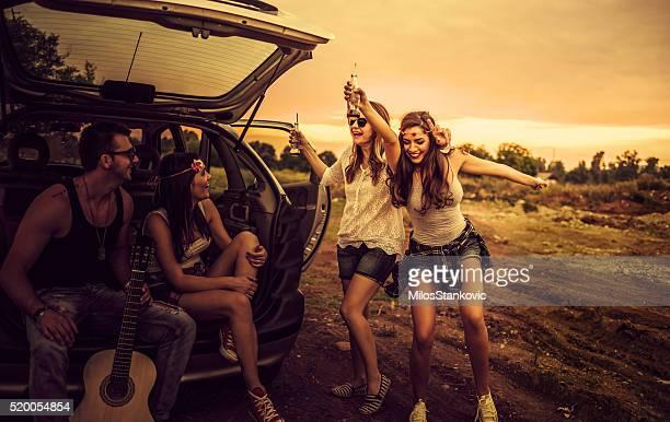 Happy Hipster auf einem Roadtrip