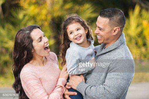 Heureux Hispanique Famille Avec Fillette Photo  Getty Images-3505