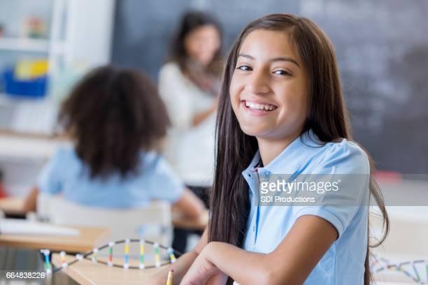 Glücklich Hispanic junior hohe Schulmädchen im naturwissenschaftlichen Unterricht