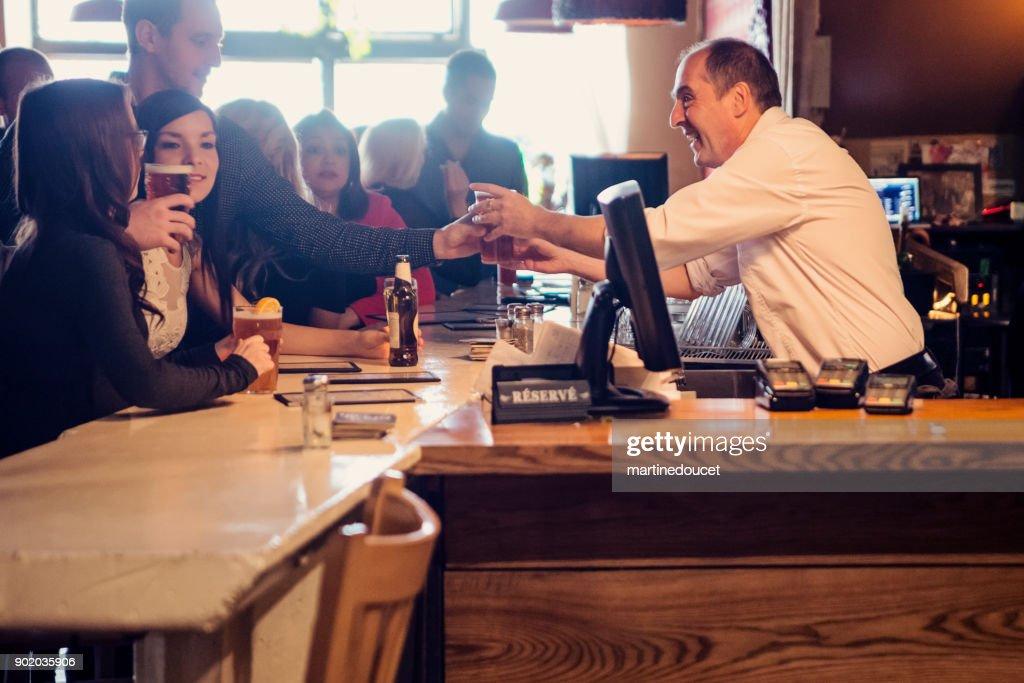 Happy hour pour les amis et collègues de travail dans un bar. : Photo