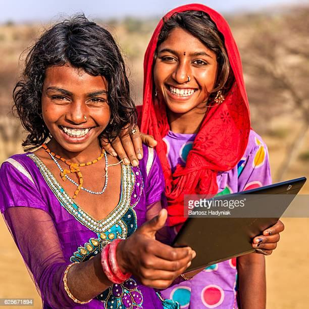 Glücklich indischen jungen Mädchen mit Digitaltablett, Wüste Dorf, Indien