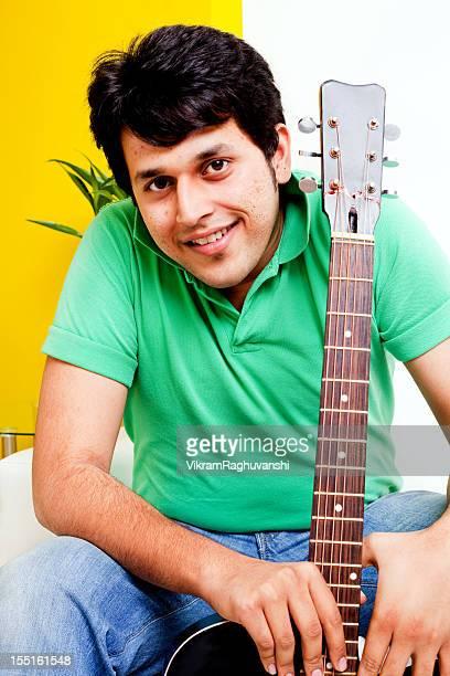 heureux jeunes indien avec guitare - bambou chanteuse photos et images de collection