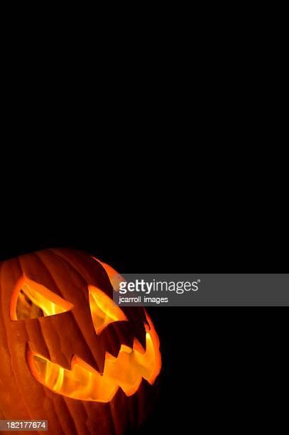 happy lanterna de halloween em fundo preto - halloween pumpkin - fotografias e filmes do acervo