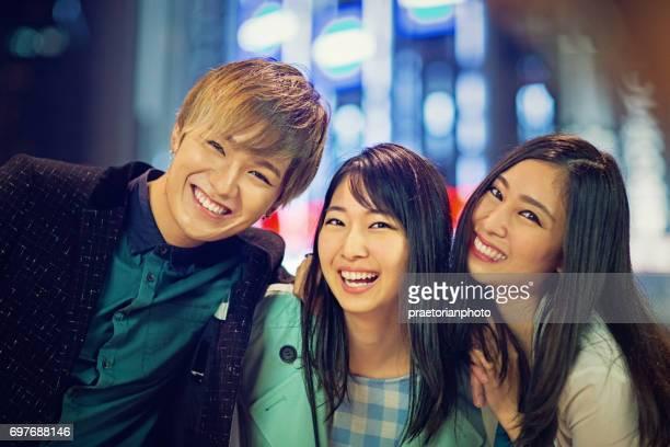幸せな日本人が笑っていると通りに冗談を言って