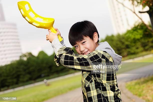 な日本の屋外で遊ぶ少年