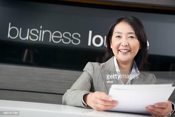 ハッピーな日本のビジネスウーマンワーキングのビジネスラウンジ