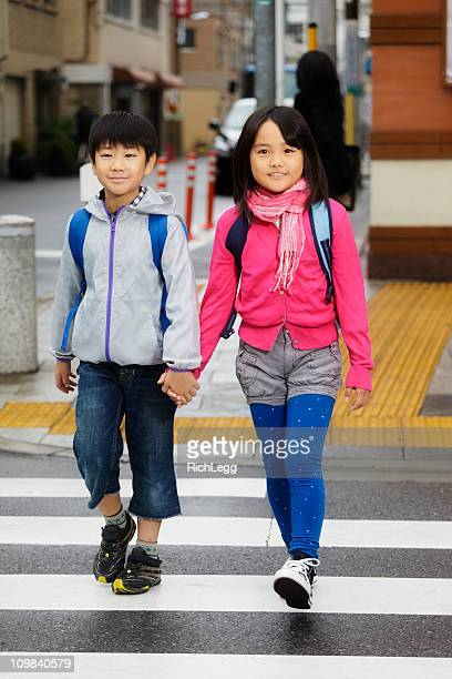 幸せな子供たちの通りの交差点 - 男子生徒 ストックフォトと画像