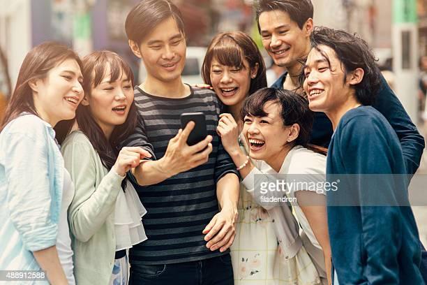 な日本のご友人との自分撮りを承っております。 - 大人数 ストックフォトと画像