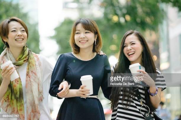 東京を歩いて幸せな日本人の友人