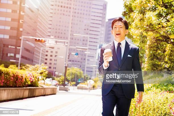 日本の会社員で都会的なウォーキングダウン東京のストリートポートレート