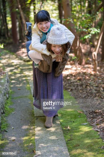 幸せな日本姉妹の森でのハイキング