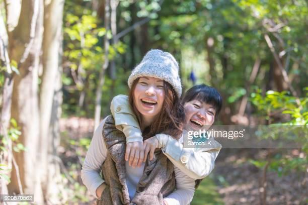 幸せな日本姉妹の森でのハイキング - 姉妹 ストックフォトと画像
