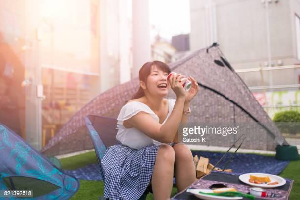 バーベキュー パーティーで幸せな日本女