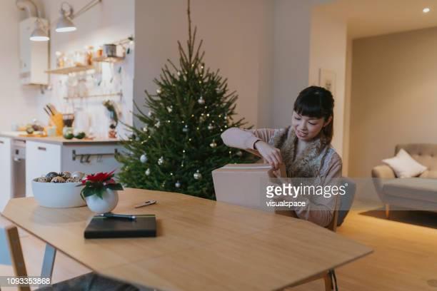 Glückliche Japanerin erhält Parzelle in der Weihnachtszeit