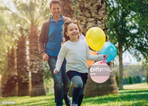 Glückliches Kind Mädchen und ihr Vater, Spaß im Freien an sonnigen Tag