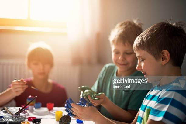 Glückliche Kinder Spaß bemalen von Ostereiern