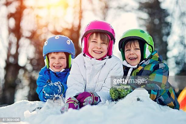 niños felices disfrutando de prendas de invierno, esquí - campamento de entrenamiento deportivo fotografías e imágenes de stock