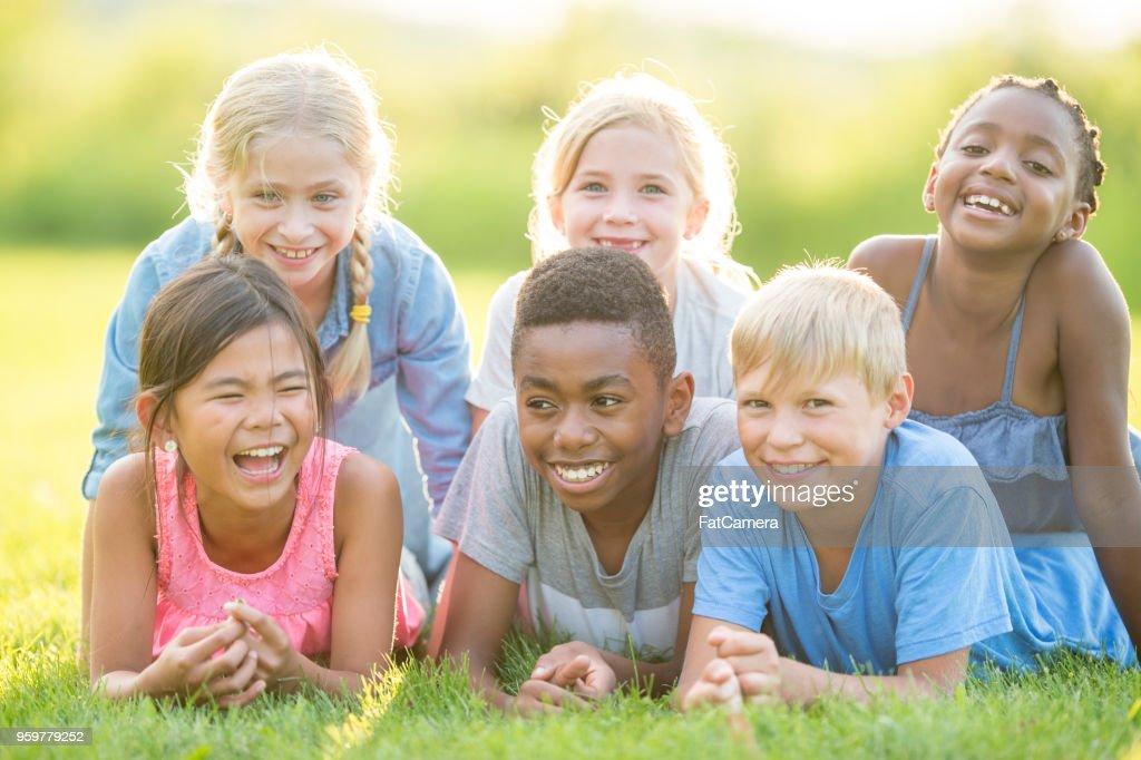 Happy Kids Verlegung In Grass : Stock-Foto