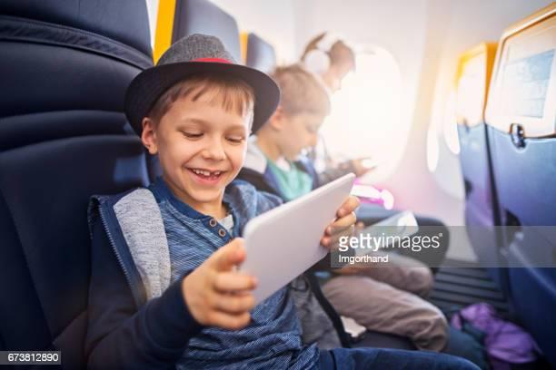 Gelukkige jonge geitjes reizen in vliegtuig