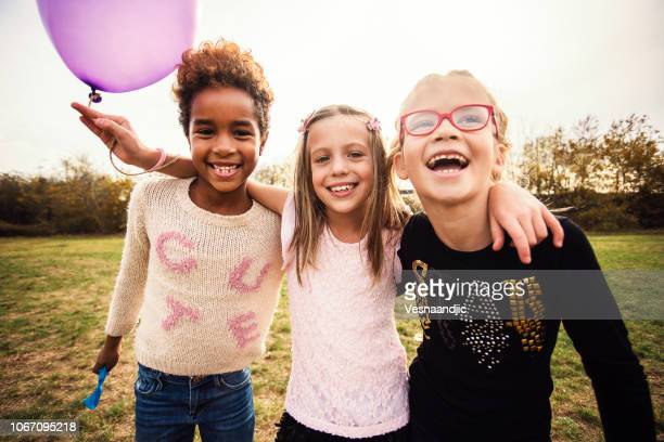 glückliche kinder mit luftballons - nur kinder stock-fotos und bilder