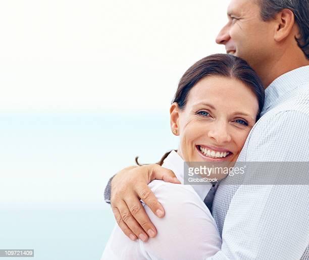 Heureuse femme embrassant son mari