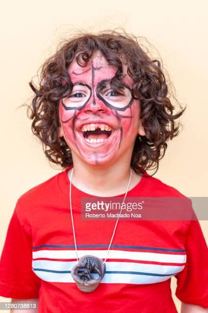 happy latin american child in a birthday party - roberto ricciuti foto e immagini stock