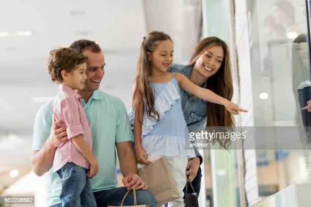 Gelukkige Latijns-Amerikaanse familie, winkelen in het winkelcentrum