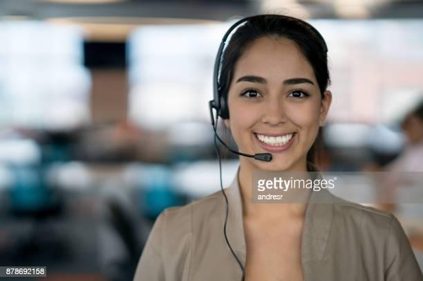 Glücklich lateinamerikanische Frau arbeitet in einem Call-center