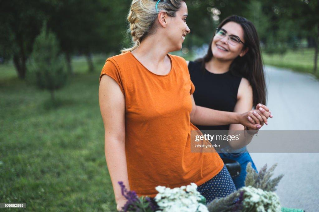 Glücklich lesbische paar Hände halten : Stock-Foto