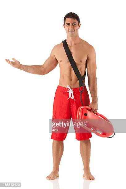 Heureux maître-nageur en tenant un flotteur et gestes