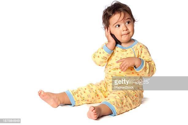 Happy little bébé fille parler avec téléphone portable
