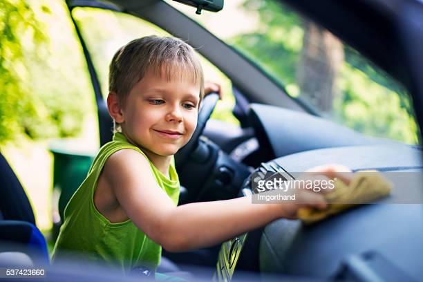 Glücklich kleiner Junge Reinigung Auto innen