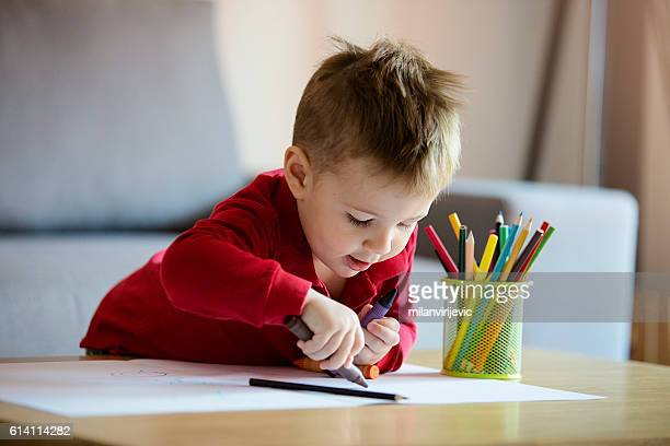 happy little boy coloring - peuter stockfoto's en -beelden