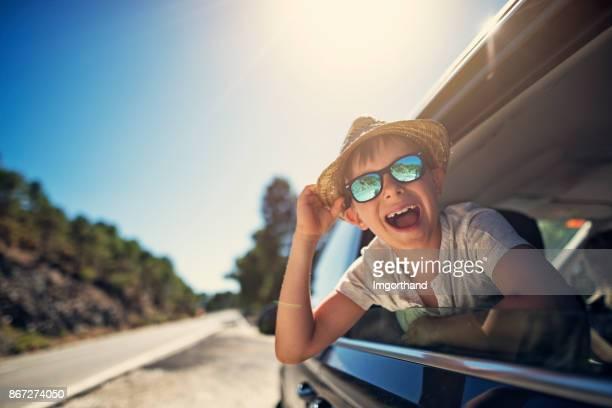 Heureux petit garçon bénéficiant de voyage sur la route