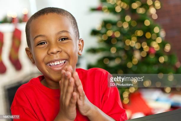 Heureux petit garçon excité à Noël