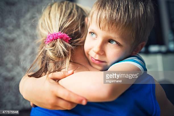 Glücklich kleiner Junge mit seiner Mutter umarmen