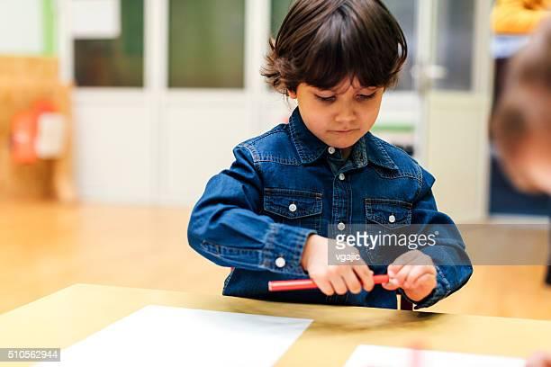 Rapaz feliz no jardim de infância