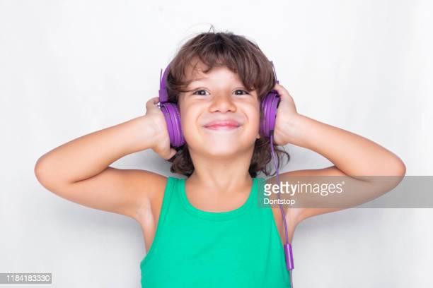 happy little boy hören musik zum entspannen - ein junge allein stock-fotos und bilder