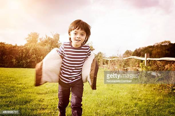 Heureux petit garçon courir à la ferme